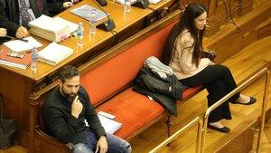 Rosa y Albert, en el banquillo de los acusados durante el juicio celebrado en la Audiencia de Barcelona, en marzo pasado.