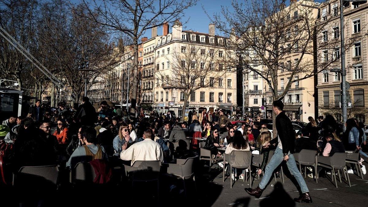 Por COVID-19 cierran en Francia comercios no esenciales