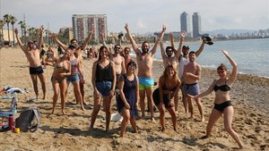 Un grupo de amigos, en la playa de la Barceloneta, la mañana del sábado