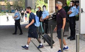 Pancartes i crits contra la directiva i els jugadors del Barcelona