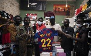 Miembros del Sindicato Mantero con una camiseta de Ansu Fati.