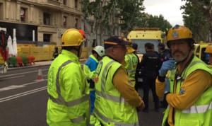 Los servicios de emergencia ante el edificio cuyo forjado se ha derrumbado.