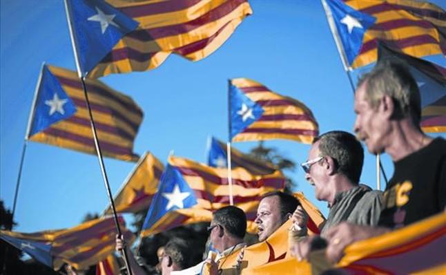 Independentistas ondean sus estelades en Barcelona, en octubre pasado.
