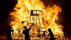 La nit de Sant Joan sencendran fogueres en diferents punts de la ciutat.