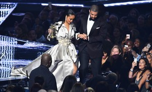 jjubierre35317561 drake escorts rihanna after presenting her with the video va160829102119