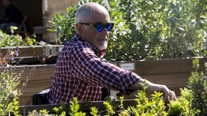 Juan Gabriel Torres inspecciona el estado de los cultivos en el huerto de Can Pinyol, en Sant Boi.