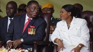 Emmerson Mnangagwa y su esposa, Auxilia, durante la ceremonia de investidura, en Harare (Zimbabue), el 24 de noviembre.