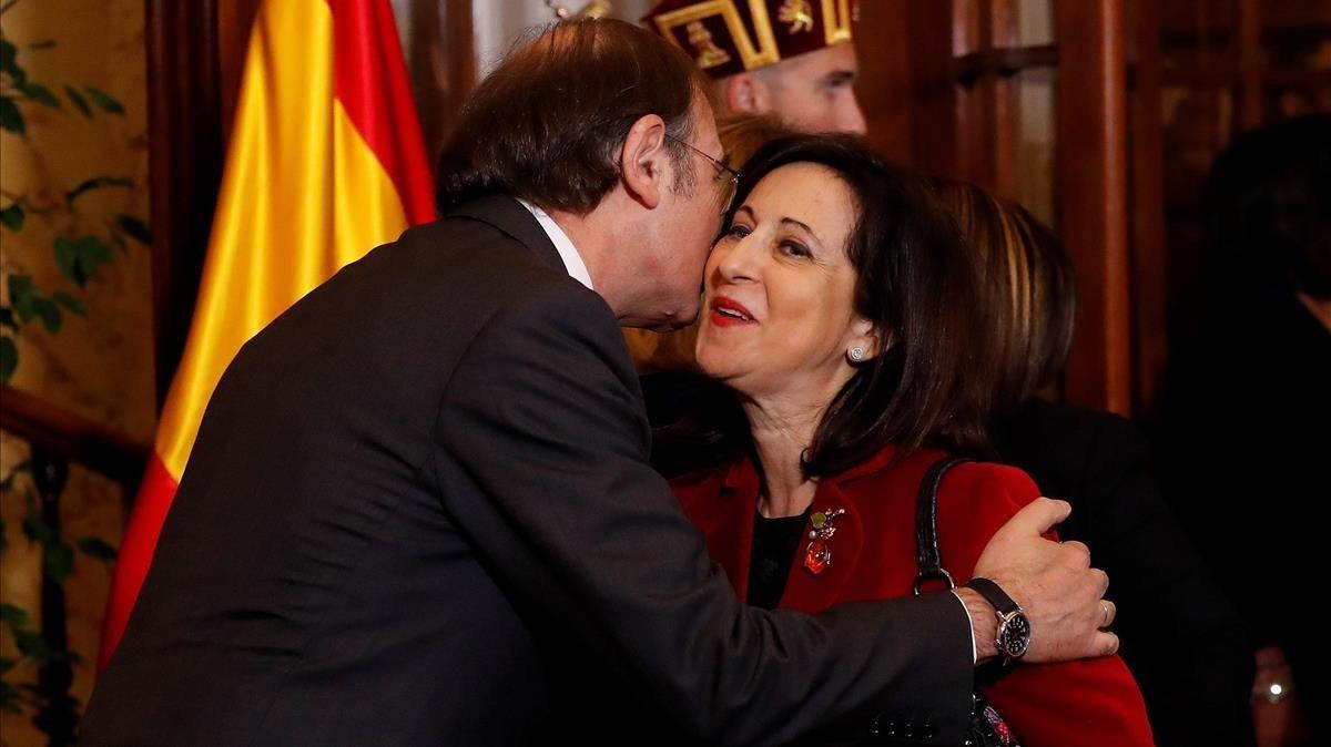 El presidente de Senado y la presidenta de la Cámara Baja, saludan a Margarita Robles.