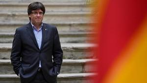 Carles Puigdemont posa junto a la senyera.