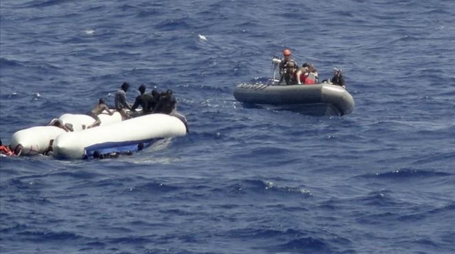 Otros 41 inmigrantes en el limbo sin puerto que los acoja