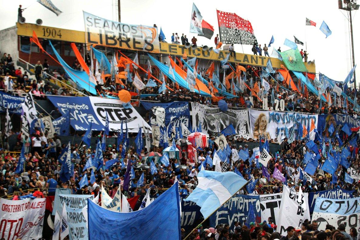 Miles de personas protestan hoyen el Estadio Atlanta de Buenos Aires,Argentina,durante el primer gran acto de lasemana de accioncontra el G20convocada para repudiar la cita en la capital argentina de los lideres mas poderosos del mundo los proximos 30 de noviembre y 1 de diciembreEFEMarina Guillen