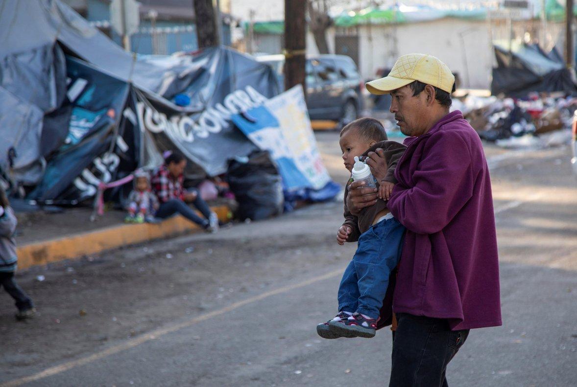 Migrantes permanecena la intemperie fuera del albergue original que resulto inhabitable luego de las fuertes lluvias en TijuanaMexico.Cientos de estos migrantes aguardan a ser trasladados a un nuevo albergue habilitado en la ciudad mexicana de Tijuanadonde ya se encuentran refugiadas 2 385 personasmientras se desconoce el paradero de mas de 3 000 centroamericanos.EFE Alonso Rochin