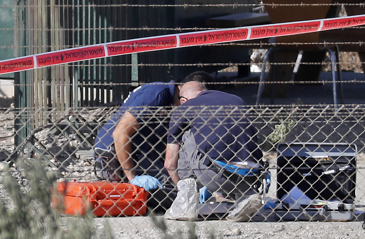 Policías israelís recopilan evidencias del lugar del ataque.