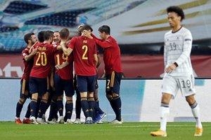 Los jugadores de la selección española celebran un gol ante Alemania.