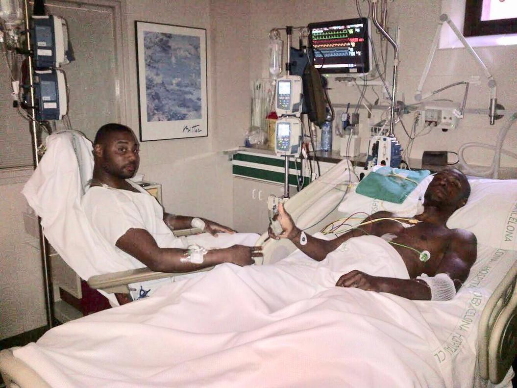 Abidal, con su primo, durante el trasplante.