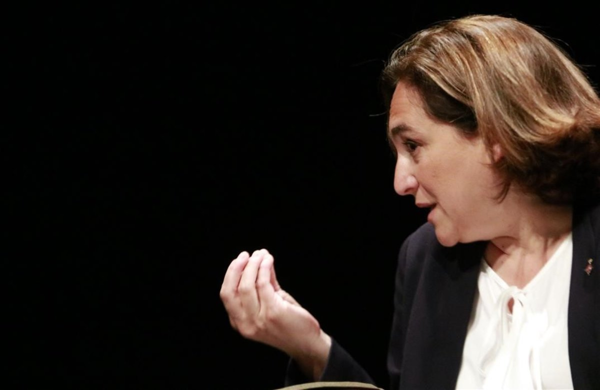 Ada Colau, en un acto en el Teatre Romea, el 30 de abril.
