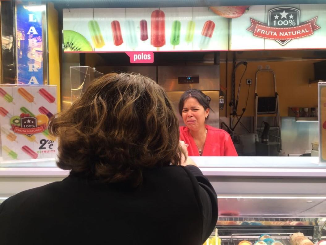 Ada Colau saluda a una vendedora de la Boqueria, este sábado.