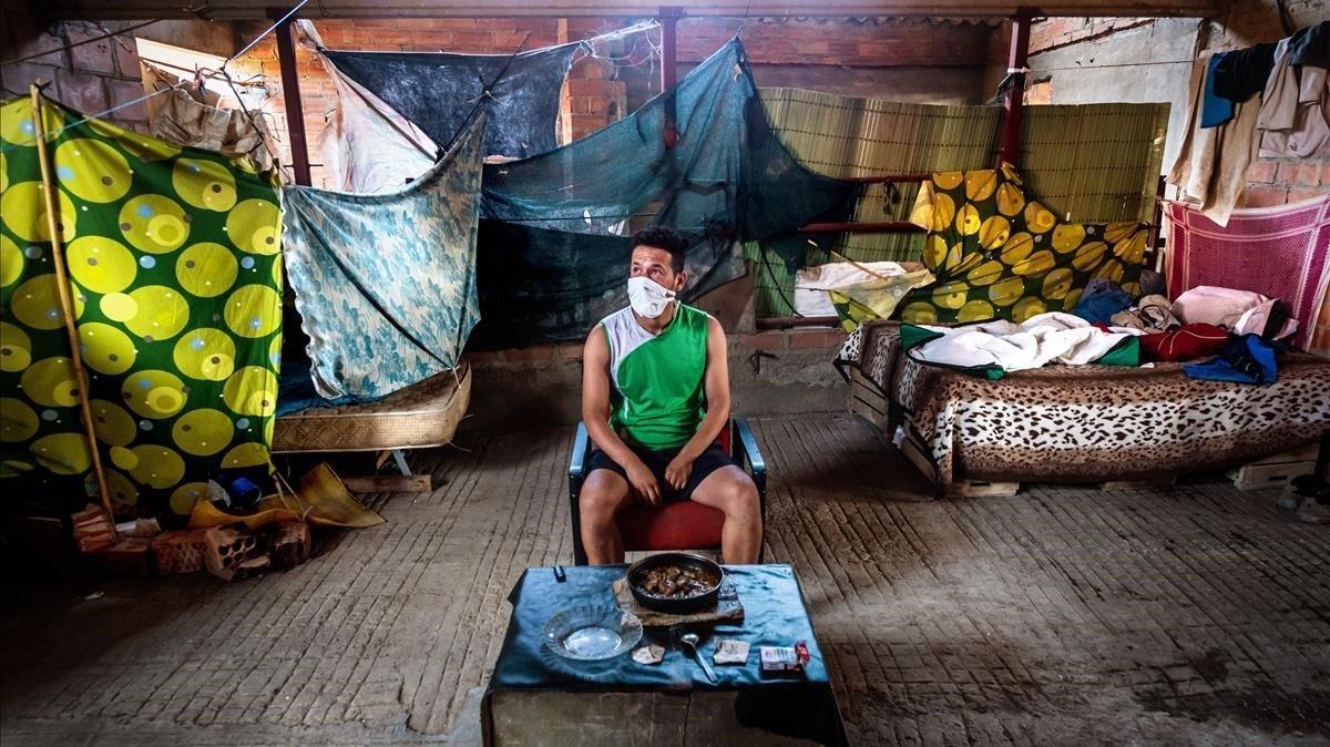 Mostaphà, un joven argelino, que malvive en una granja abandonada de Aitona (Segrià). Trató de encontrar trabajo en el campo, pero no ha conseguido ni un día de empleo.