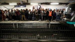 Andenes de metro atestados durante la huelga de transporte público en París.