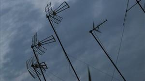 Un conjunt d'antenesen unes teulades de Barcelona.