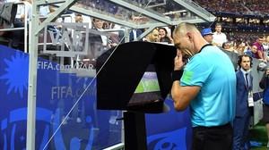 El árbitro argentino Néstor Pitana revisa la jugada del penalti de la final del Mundial.