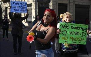 Mujeres en Argentina protestan por la violencia en su contra.