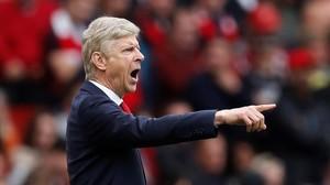 Arsène Wenger marca el camino a sus jugadores en un Arsenal-Brighton.