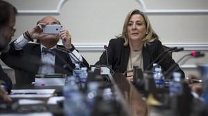 Asunción Barberá, exjefa de gabinete de la alcaldía de Valencia y hermana Rita Barberá, junto a su abogado.