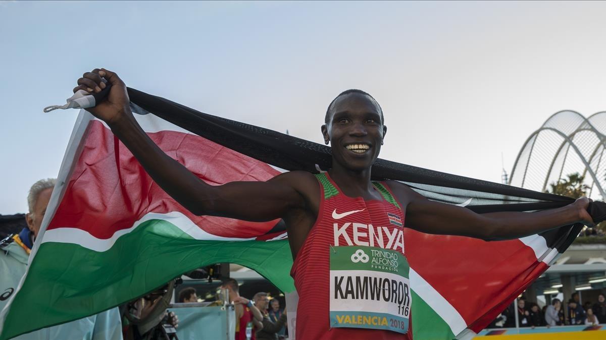El atleta keniano Kamworor gana el título mundial en la media maratón de Valencia.