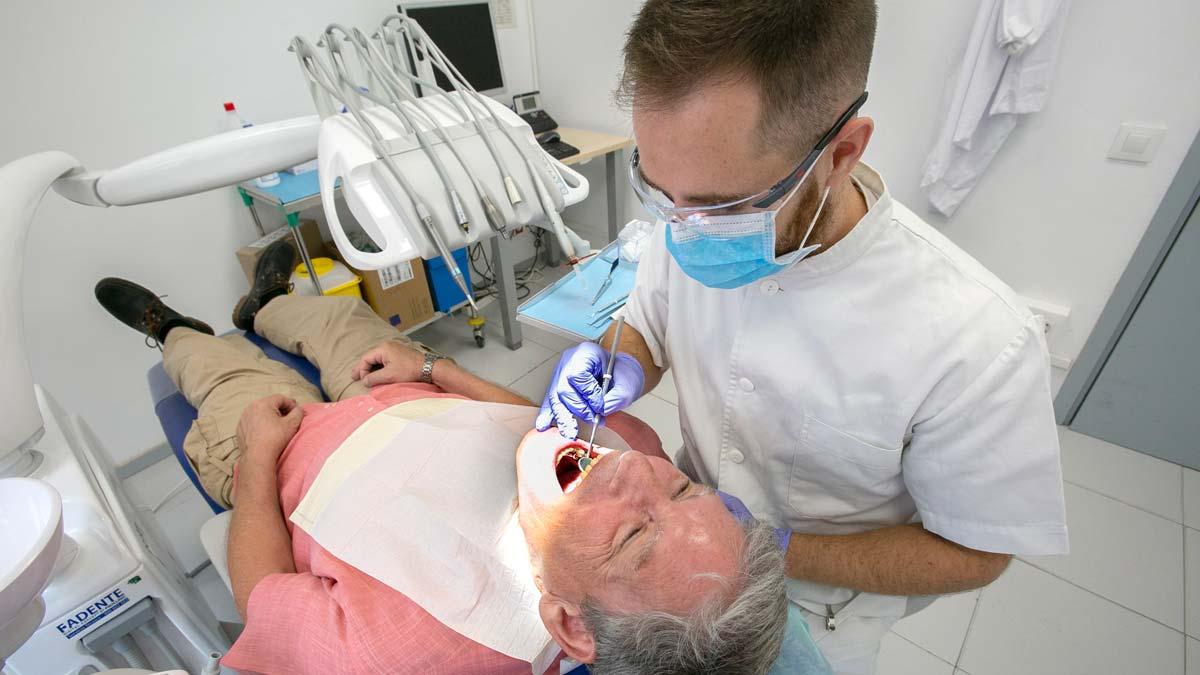 El Ayuntamiento de Barcelona ampliará el servicio de odontología gratuito para personas vulnerables. Lo explica Gemma Tarafa, concejala de Salud del Ayuntamiento de Barcelona. En la foto, un ciudadano se realiza una revisión conun dentista municipal en un centro de la calle de Viladomat.
