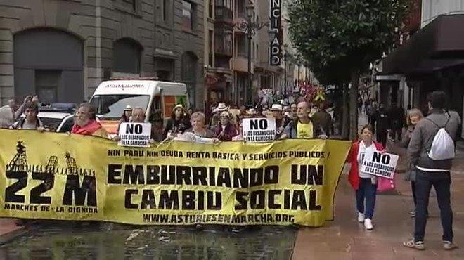 Banderas y cánticos republicanos reciben a los reyes en Oviedo