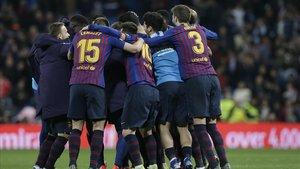 La celebración de la plantilla del Barça luego de vencer al Real Madrid en Liga.