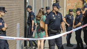 Agentes de la PolicíaNacionalvigilan durante un registro por orden judicial en Barcelona.