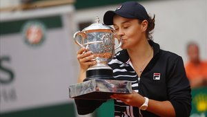Barty besa la copa de Roland Garros.