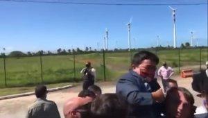 Jair Bolsonaro carga a un enano en un acto público en Mato Grosso del Sur.