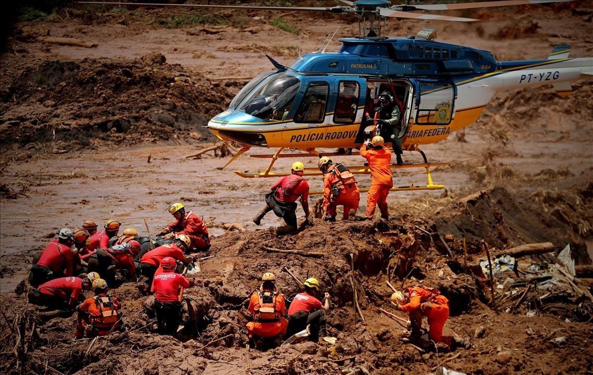 Bomberos rescatan a víctimas tras la rupturade una presa minera,en Brumadinho (Brasil).EFEAntonio Lacerda