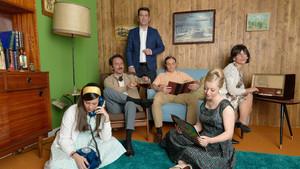 Arturo Valls (centro), con la familia protagonista del programa de Antena 3 Me cambio de década.