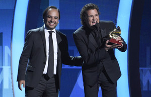 Carlos Vives recibe el premio de mejor canción por La bicicleta de manos de Andrés Castro.
