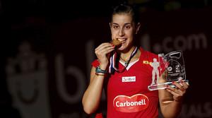 Carolina Marín imita la mossegada a la medalla del seu ídol Rafael Nadal, aquest diumenge, a Jakarta, després de guanyar el Mundial per segona vegada consecutiva.