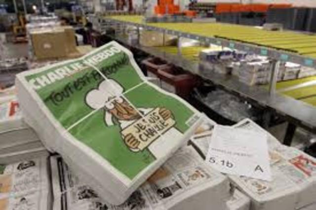 El primer número de Charlie Hebdo tras los atentados, en venta.