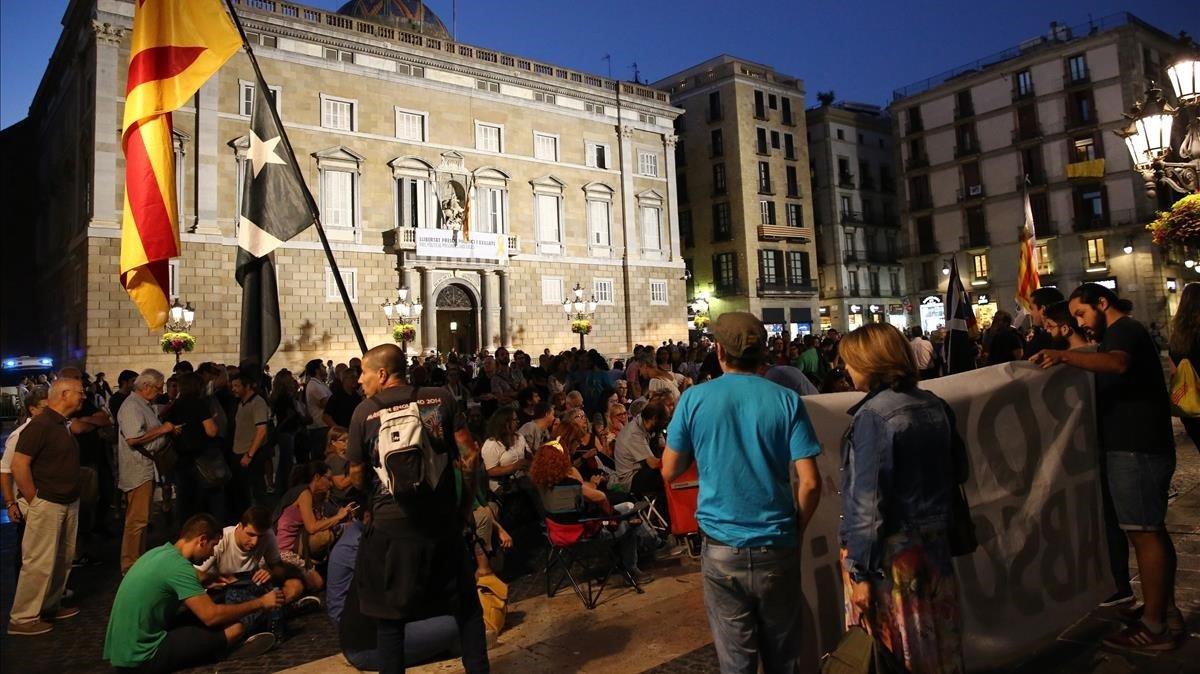 Centenares de personas ocupan la Plaça de Sant Jaume