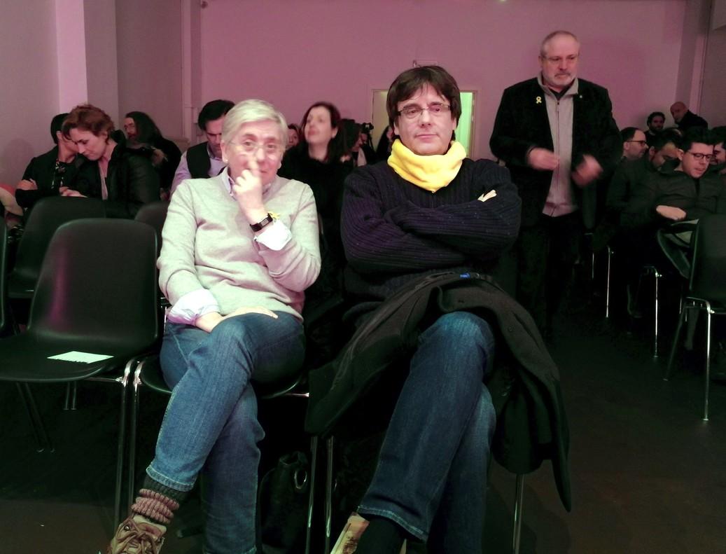 LaexconselleraClara Ponsatiy elexpresidentCarles Puigdemont, en la presentación en Bruselas del disco Parnàs del cantautor Roger Mas el pasado 3 de marzo.