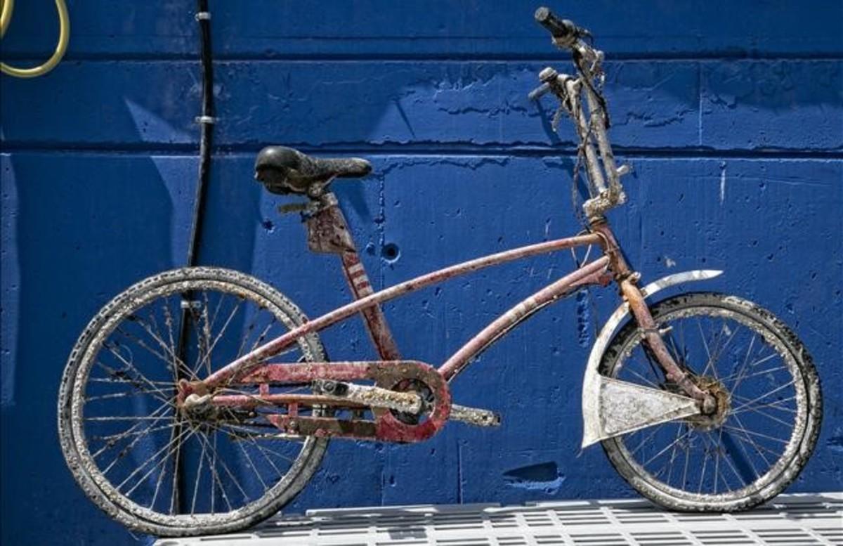 La bicicleta del Bicing 22.202, en las instalaciones del club Vanas Dive, tras ser rescatada del mar.