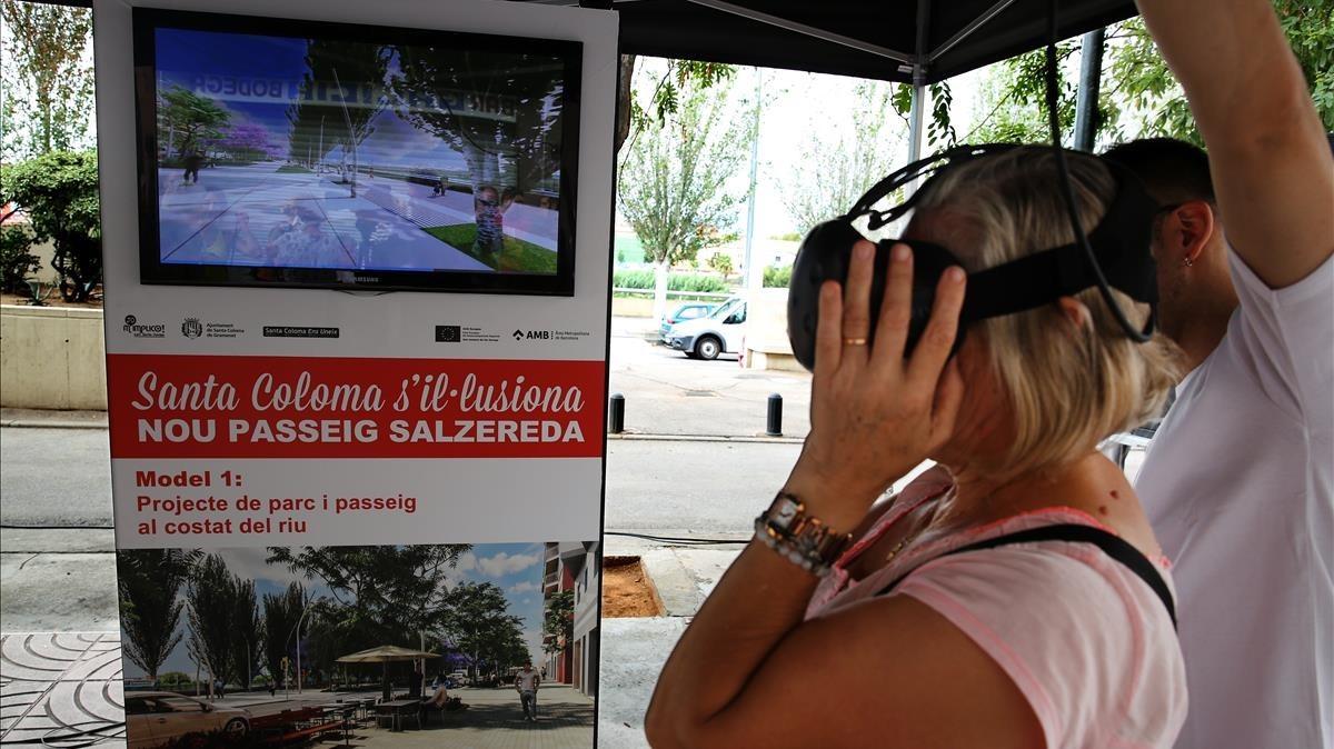 Una vecina usa la tecnología 3D para visualizar las dos opciones de una reforma en Santa Coloma de Gramenet.