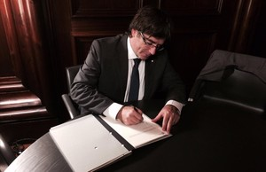 El president Carles Puigdemont firma la ley de referéndum el 6 de septiembre del 2017.