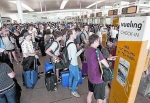 Colas en la terminal de Vueling de El Prat el pasado 1 de julio.