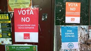 Carteles de la campaña falsa que llama a votar no el 1-O en nombre del PSC, Ciutadans y PPC.