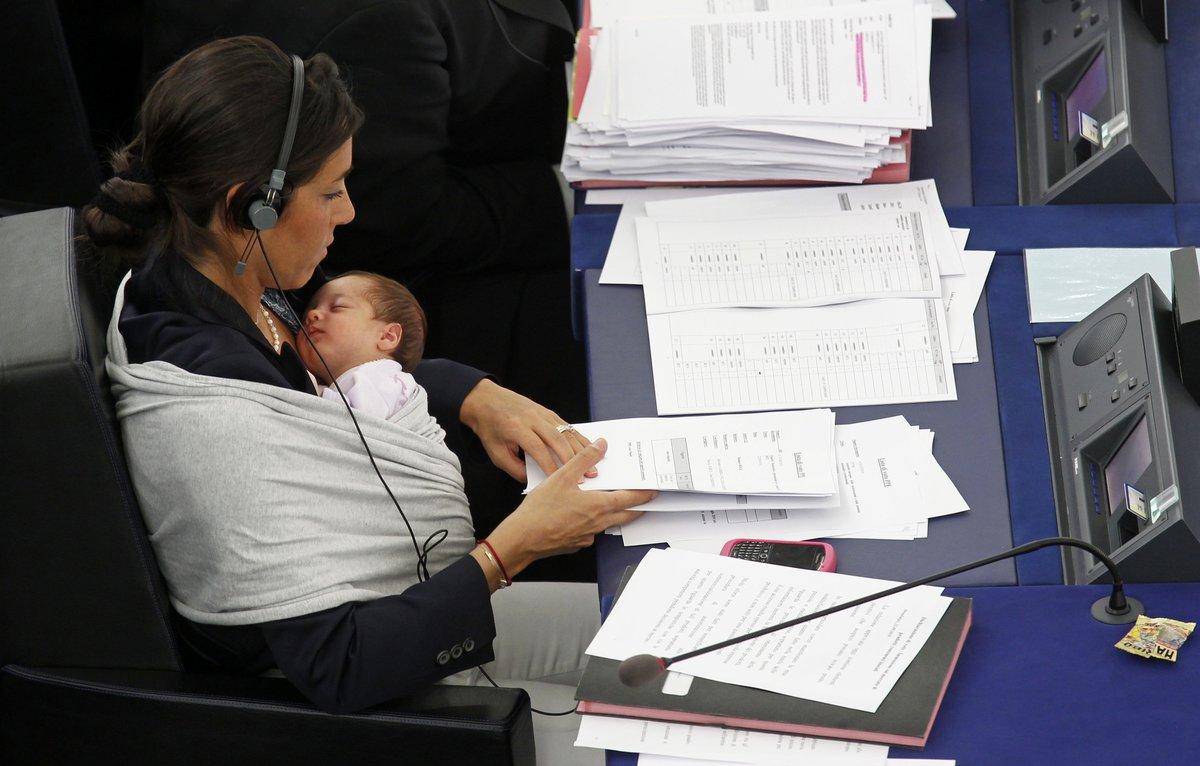 Imagen de archivo de la europarlamentaria Licia Ronzulli con su hijo