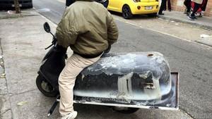 Denunciado por transportar una bañera a bordo de un ciclomotor por Sevilla