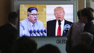 El líder norcoreano Kim Jong-un y el presidente de EEUU, Donald Trump, en un informativo de la televisión de Corea del Sur.